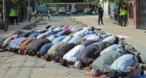 Publiczna modlitwa podczas protestu warszawskiej Ligi Muzułmańskiej pod ambasadą Egiptu.