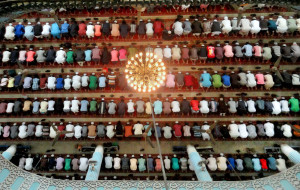 Muslims_praying_in_a_Masque_in_Bangladesh