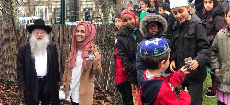 Fot. Rabin Herschel Gluck oraz dzieci z londyńskich szkół żydowskich i muzułmańskich podczas wspólnego sadzenia drzew.