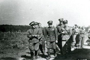 Wizyta dowódcy POW, gen. dyw. Bronisława Półturzyckiego (pierwszy z lewej) w 47. pp na poligonie.
